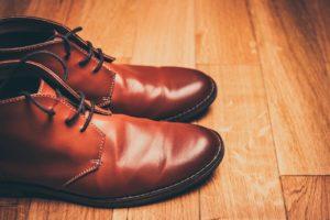 braune Schuhe zum blauen Anzug